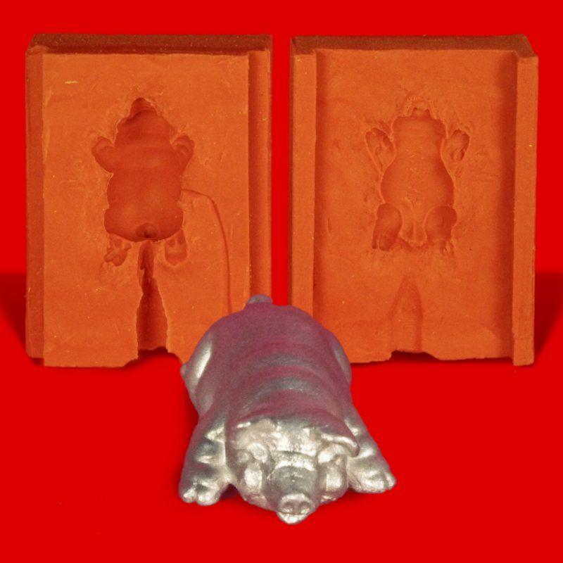 Zinngießform Ferkel liegend Glücksschwein, ca. 35g Reinzinn